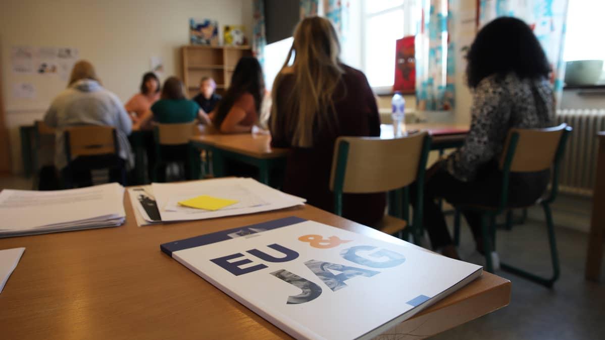 Lukiolaiset opiskelevat yhteiskuntaopin tunnilla EU-asioita Haaparannan Tornedalsskolanilla.