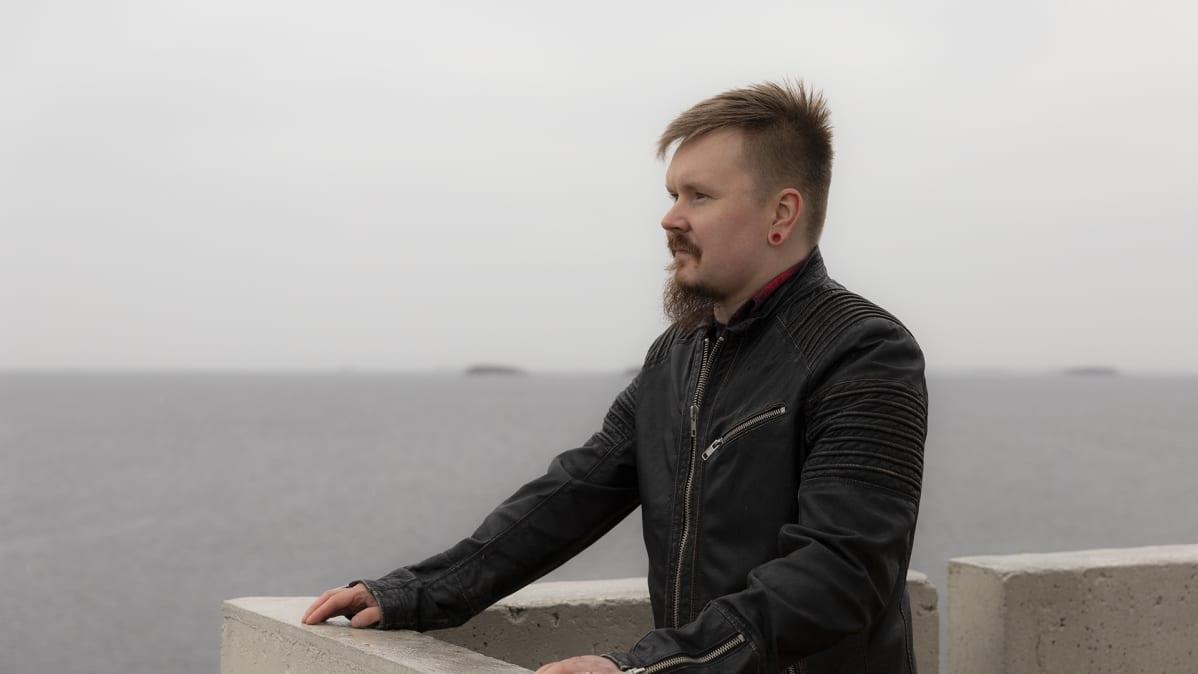 Petri Vuomajoki seisoo Nallikarin majakassa.