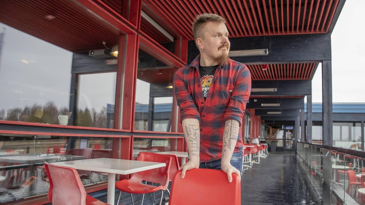 Petri Vuomajoki seisoo ravintola Nallikarin terassilla.