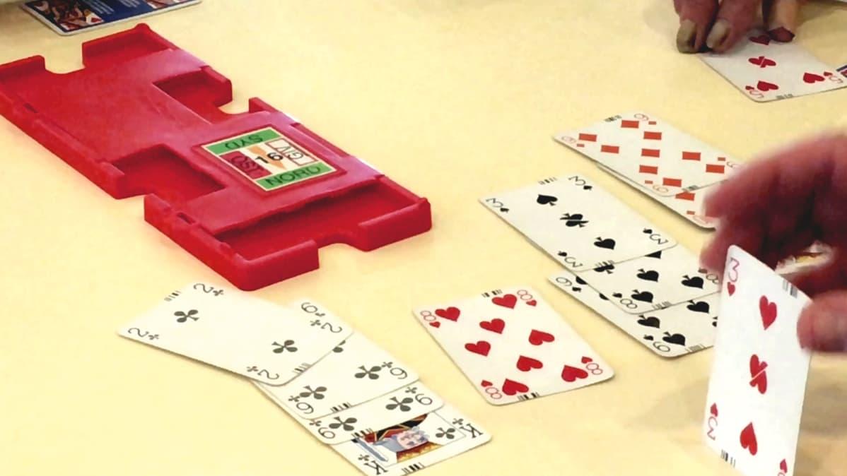 Pelikortit pöydällä. Tässä pelataan bridgeä.