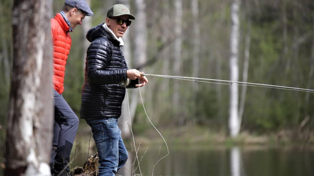 Jasper Pääkkönen kalastamassa Hiitolanjoella