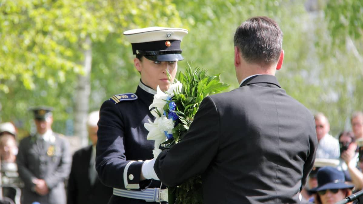 Kadetti Meri Karjalainen ojentaa seppelettä