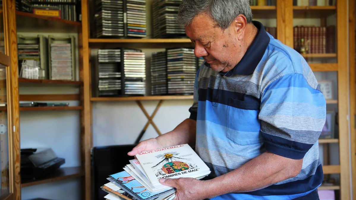 Oscar Peréz keräilee lattarimusaa, pinkassa muun muassa muistoja kotimaasta Guatemalasta.