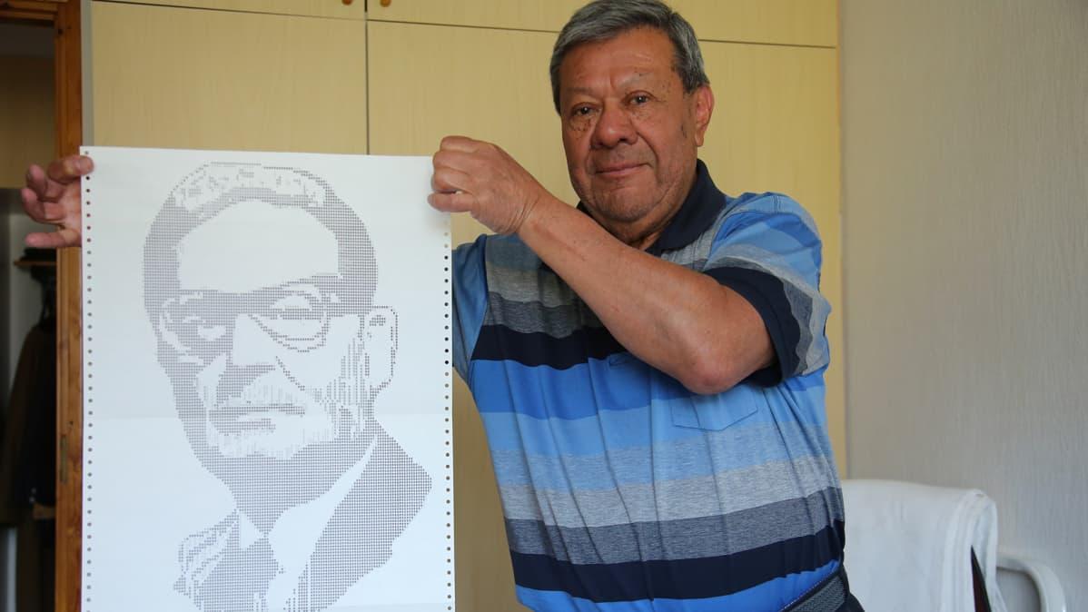 Peréz teki aikoinaan opinnäytetyönään Raision aikuiskoulutuskeskuksessa presidentti Salvador Allenden muotokuvan.
