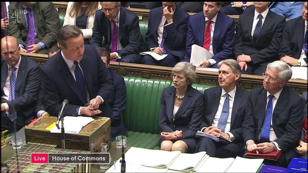 Theresa May kuuntelee parlamentissa, kun David Cameron puhuu viimeistä kertaa pääministerinä.