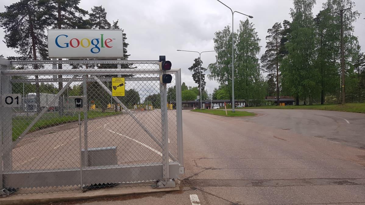 Googlen Haminan palvelinkeskuksen portilla.