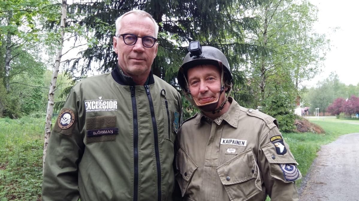 Kuvassa ovat laskuvarjojääkärit Juha Björnman ja Jarmo Kaipainen. Heidät on kuvattu Kirkkonummella.