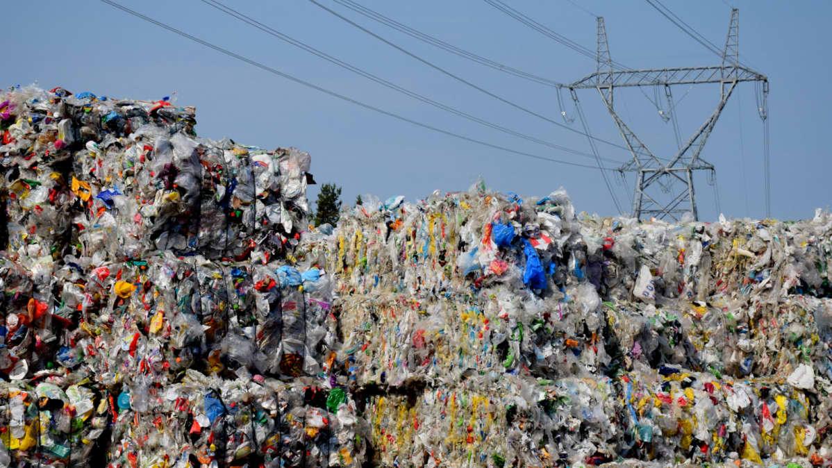 Muovipaaleja Riihimäen muovijalostamon pihassa.