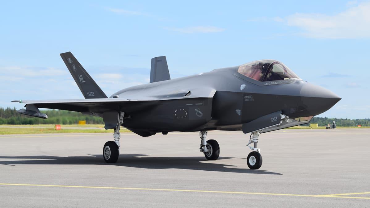 Yhdysvaltalainen F-35 -hävittäjä Turussa torstaina 13. kesäkuuta 2019.