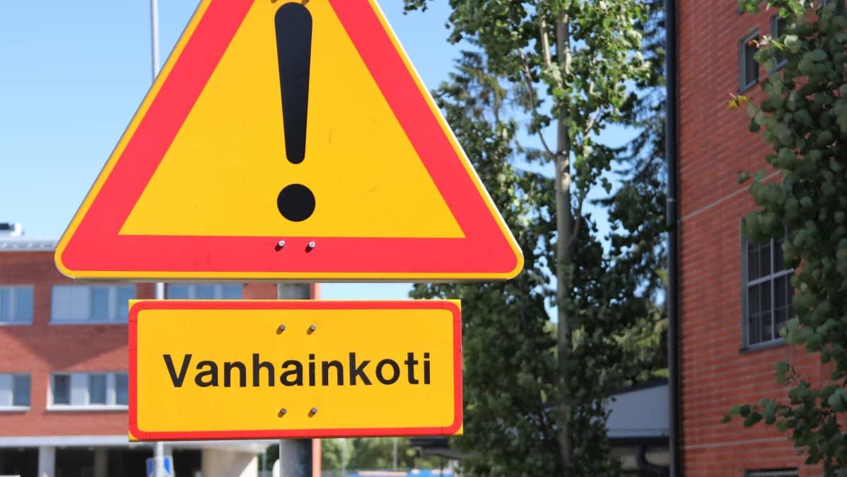 Varoitusliikennemerkki vanhainkodin lähellä Tuirassa Oulussa.