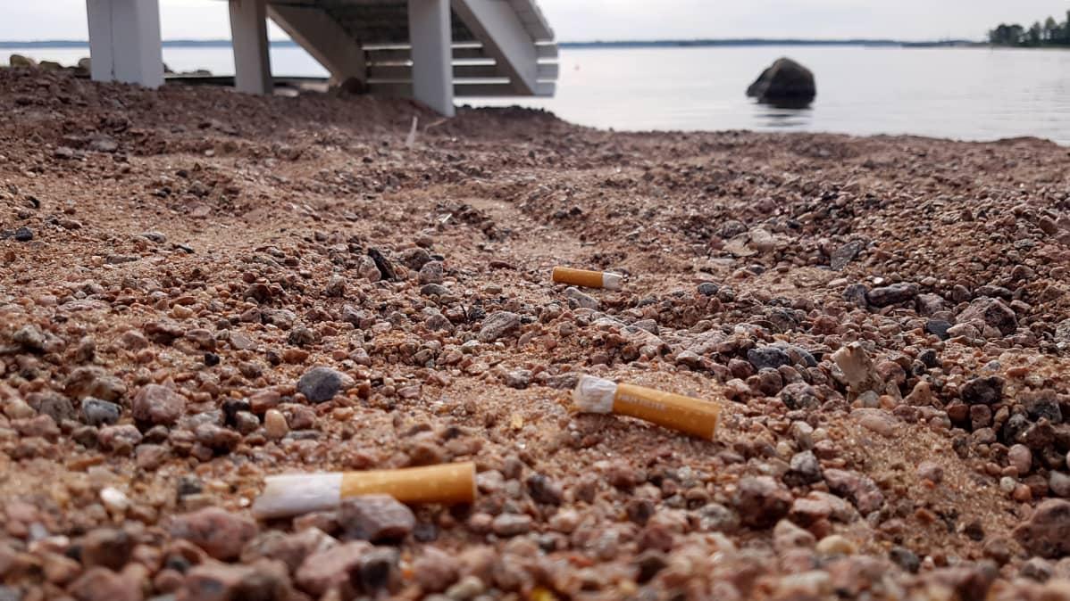tupakantumppeja uimarannalla