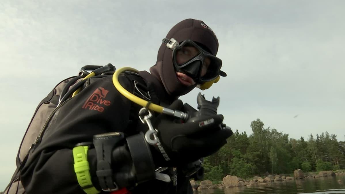 Meriarkeologi Sinikka Kärkkäinen valmiina menemään veteen.