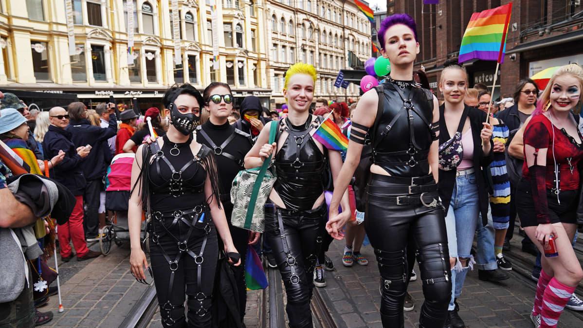 Pride-kulkueen osanottajia.