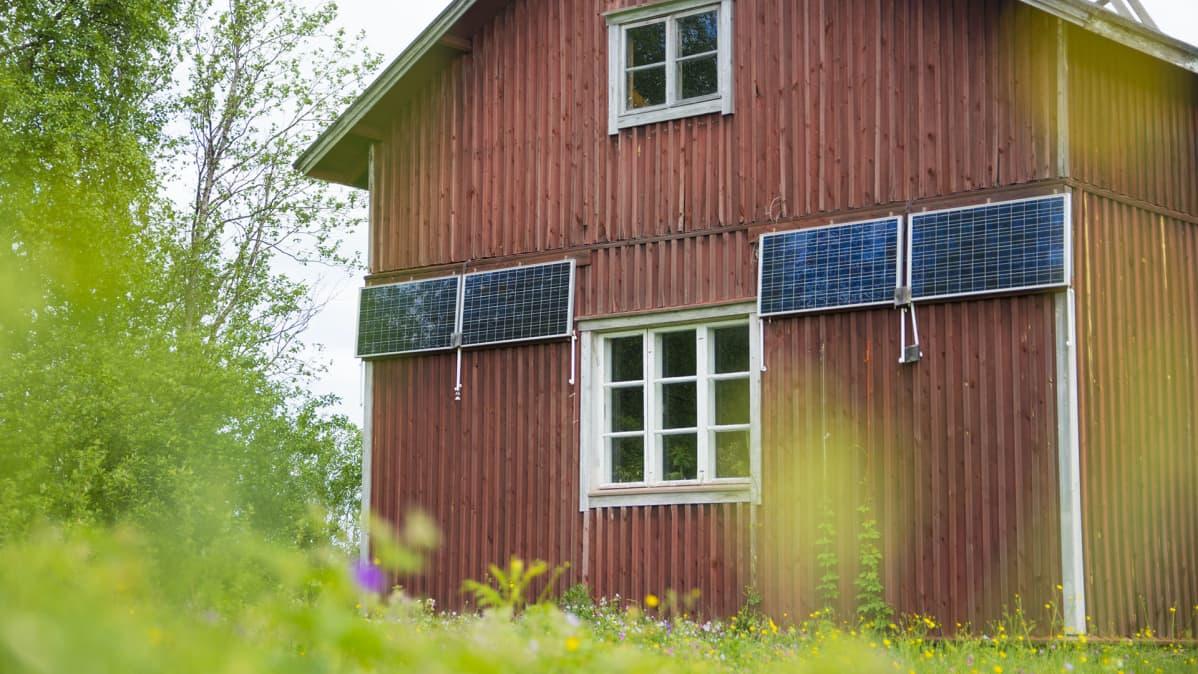Talo ja aurinkopaneelit