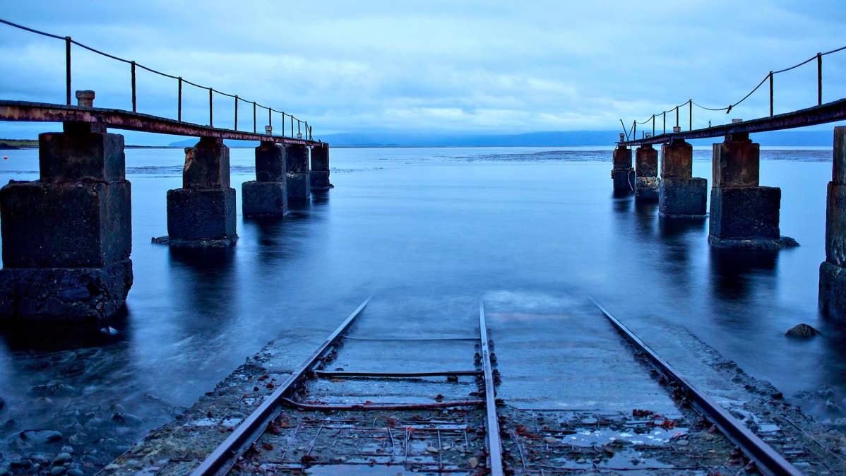 Vanha sataman portti Port-aux-Françaisissa, joka on Kerguelenin saariryhmän keskuspaikka.