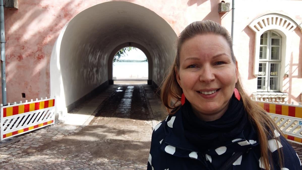 Kuvassa matkailuasiantuntija Milla Öystilä Suomenlinnan hoitokunnasta