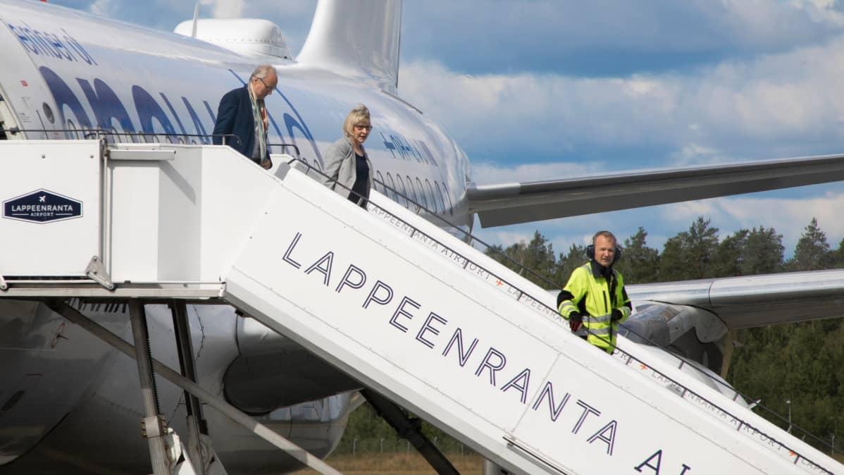 Marja Rislakki saapumassa Lappeenrannan lentokentälle