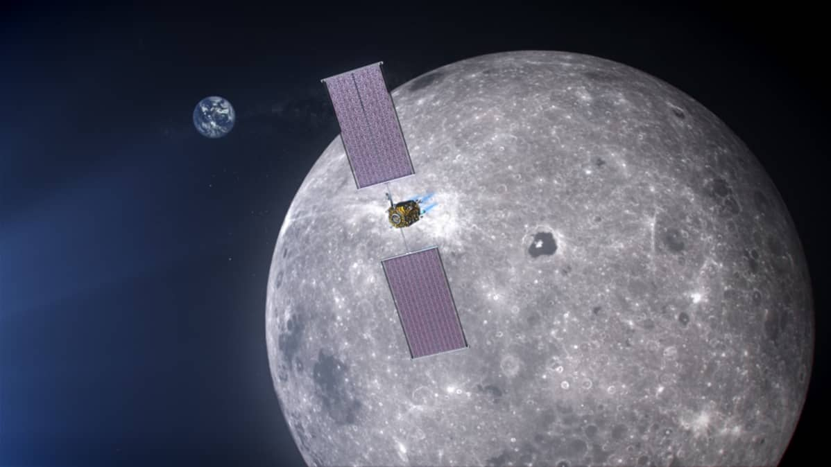 Avaruusalus ja sen ison aurinkopaneelisiivet, taustalla Kuu, kaukana avaruudessa Maa.