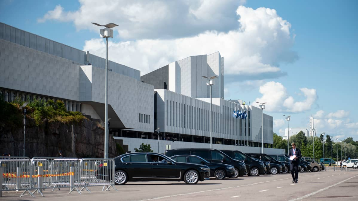 Autoja Finlandiatalon edustalla