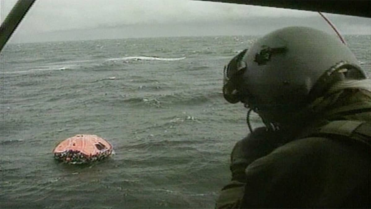 Estonialta pelastettuja ihmisiä pelastuslautalla, joka on ankkuroitu matkustajalautta Silja Symphonyn kylkeen Utön ulkopuolella 28. syyskuuta 1994.
