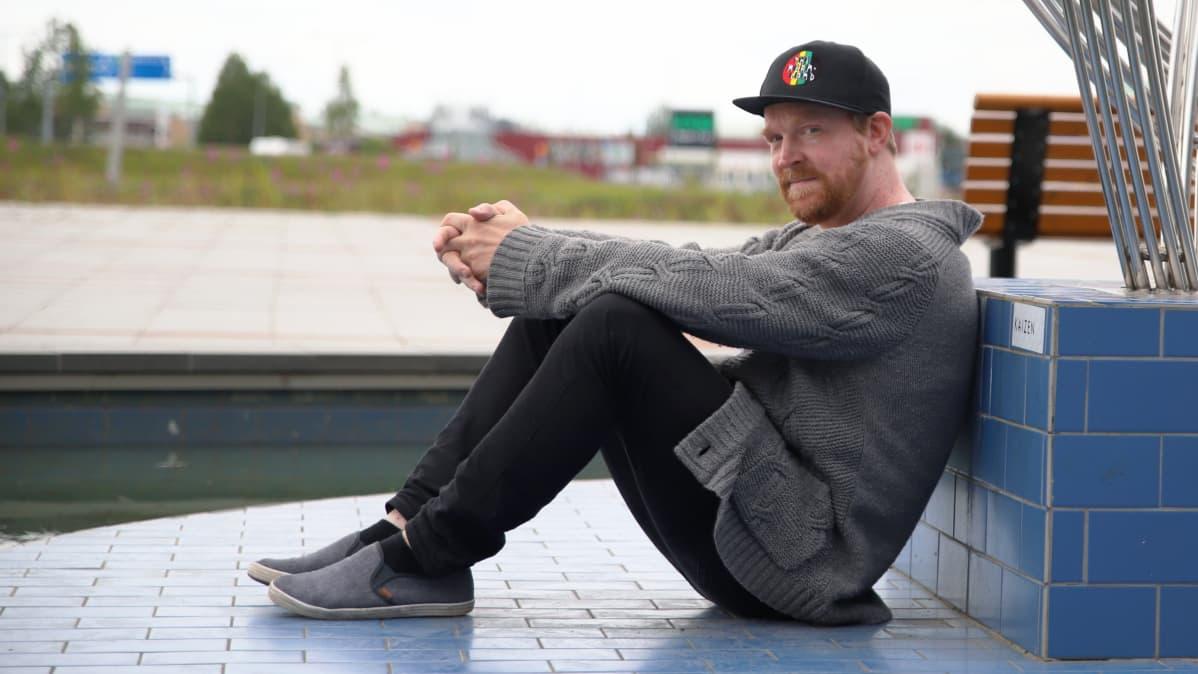 Adam Huuva istuu Ruotsin ja Suomen välisellä valtakunnanrajan päällä.