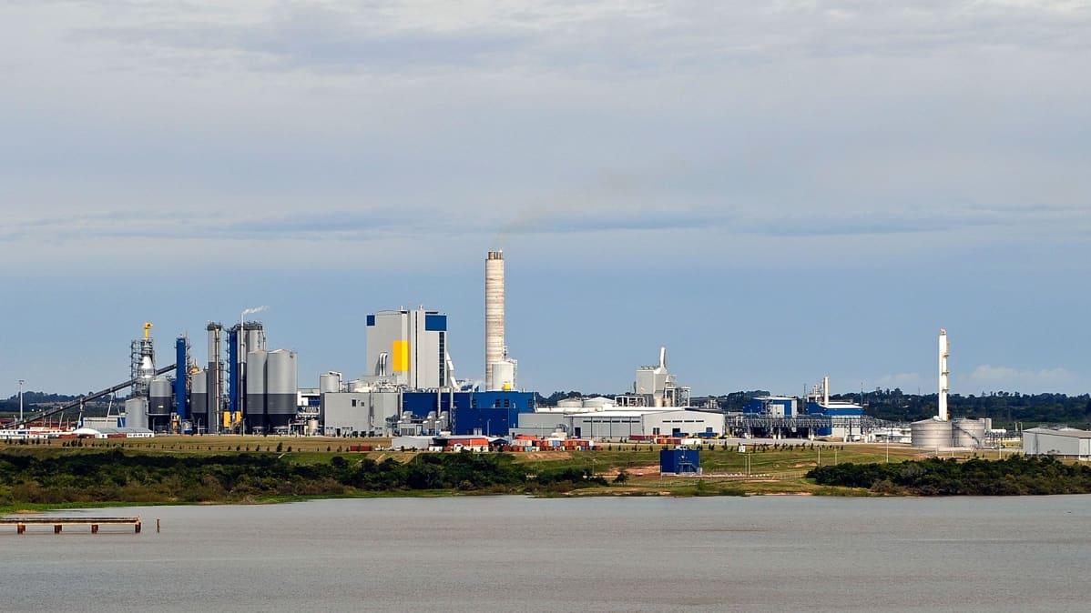 Suomalaisen United Paper Mills Ltd:n (UPM) sellutehdas Fray Bentosissa, Uruguaissa 19. 04. 2010.