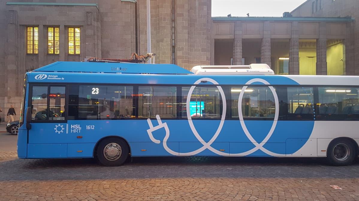 HSL:n Linkker-sähköbussi Helsingin Rautatientorilla