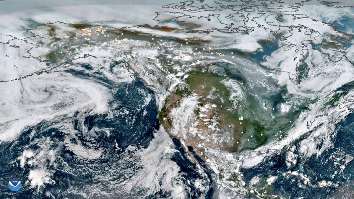 Maanantaina 29. heinäkuuta NOAA:n julkaisemassa kuvassa näkyy savualueita Alaskan ja Kanadan pohjoisalueiden yläpuolella.