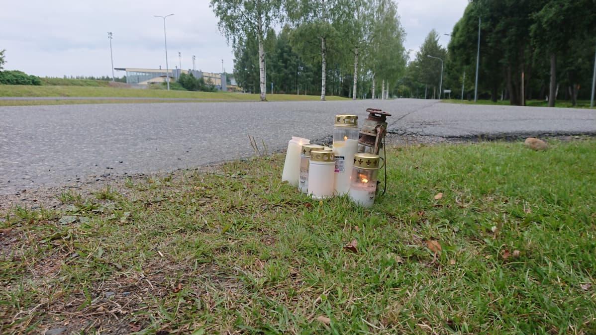 Kynttilöitä Heinäpurontien varressa Joensuussa risteyskolarissa kuolleen moottoripyöräilijän muistoksi.
