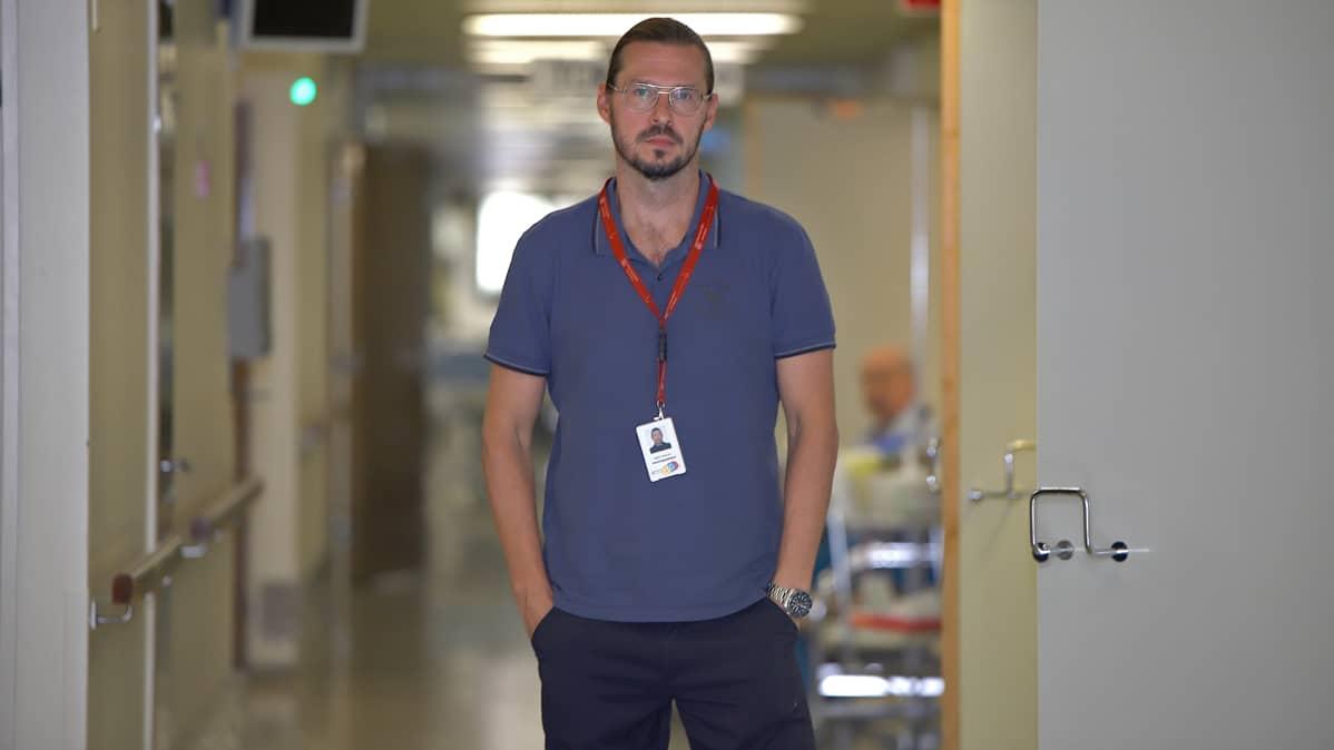 Kanta-Hämeen keskussairaalan viestintäpäällikkö Iisakki Kiemunki sairaalan käytävällä.