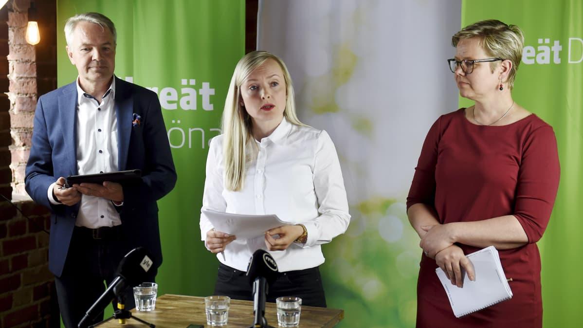 Ulkoministeri Pekka Haavisto, sisäministeri Maria Ohisalo ja ympäristö- ja ilmastoministeri Krista Mikkonen vihreiden hallitusryhmän kesäkokouksen tiedotustilaisuudessa Porvoossa 12. elokuuta.