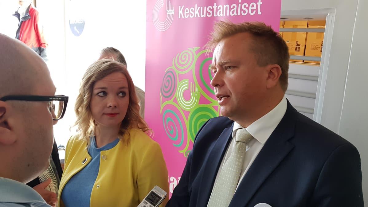 Antti Kaikkonen ja Katri Kulmuni haastateltavina keskustan puheenjohtajatentin jälkeen Rovaniemellä 10.8.2019.