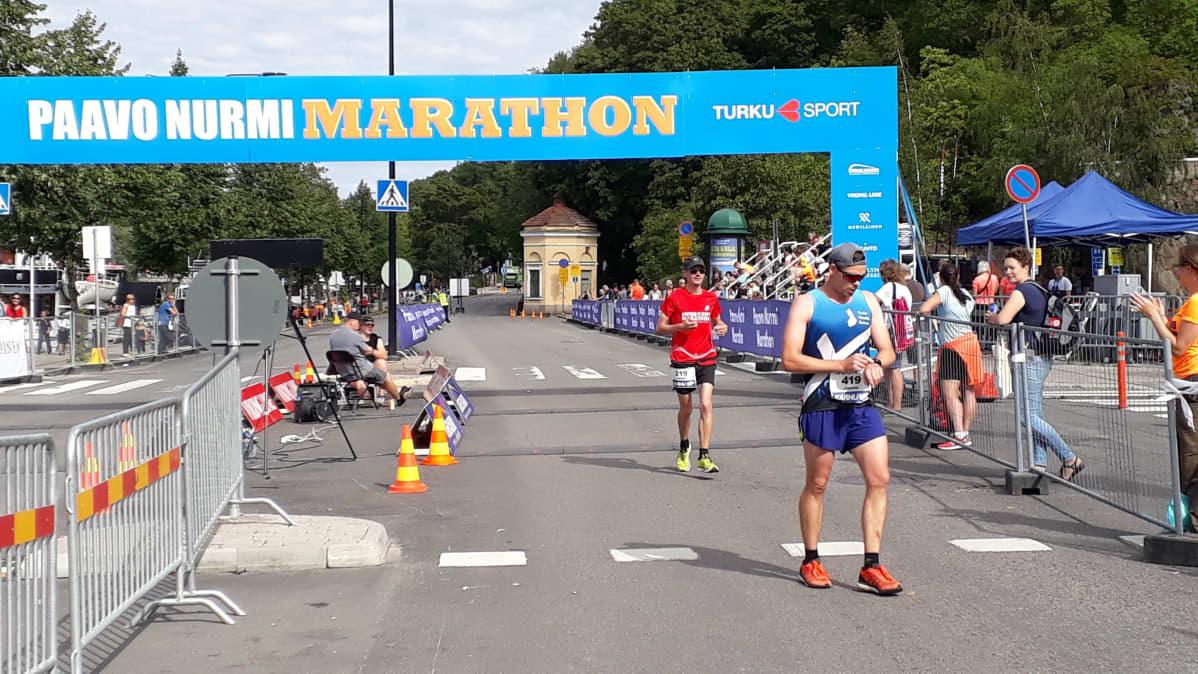 Juoksijoita tulee maaliin elokuussa 2018 Paavo Nurmi Marathonilta.