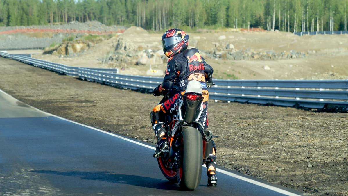 Mika Kallio valmiina kiertämään radan moottoripyörällä