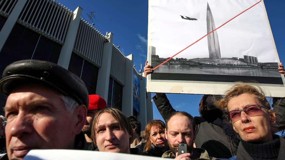 Ihmiset osoittivat mieltään pilvenpiirtäjän rakentamista vastaan Pietarissa 10. lokakuuta 2009.