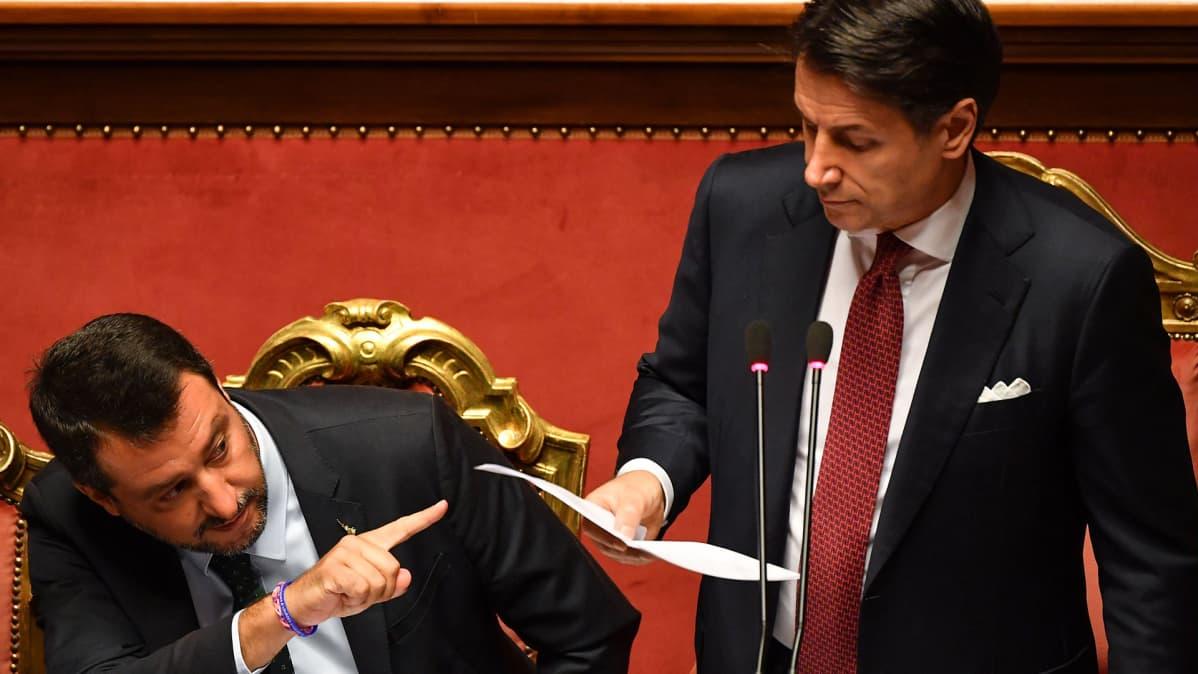 Italian pääministeri Giuseppe Conte (oik.) puhui senaatissa Roomassa 20. elokuuta. Kuvassa vasemmalla Matteo Salvini.