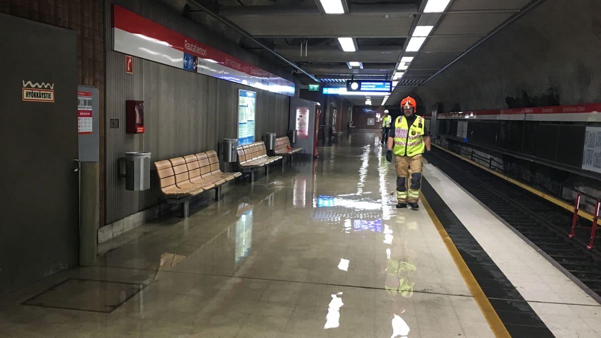 Rautatieaseman metrolaituri tulvi 23. elokuuta rankkasateen seurauksena.