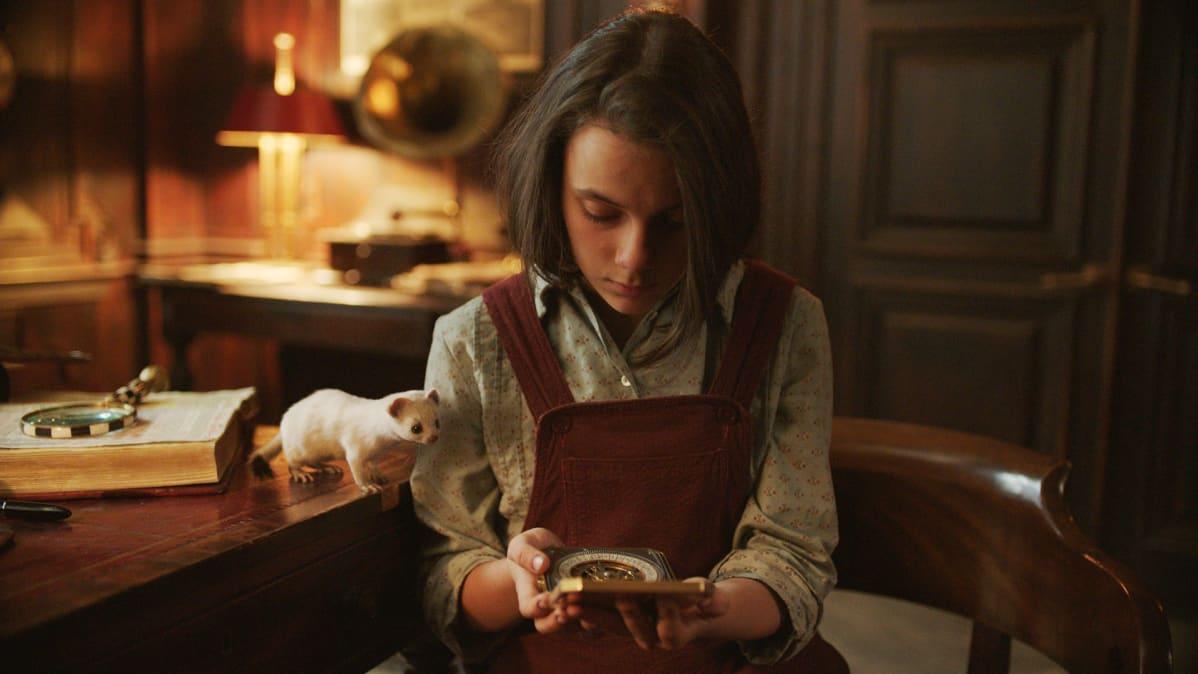 Dafne Keen näyttelee sarjan pääroolin, pienen Lyra-tytön, joka lähtee daimoninsa Pantalaimonin kanssa vaaralliselle matkalle pohjoiseen. Lyra ja Pantalaoimon ovat His Dark Materials  -sarjan hahmoja.
