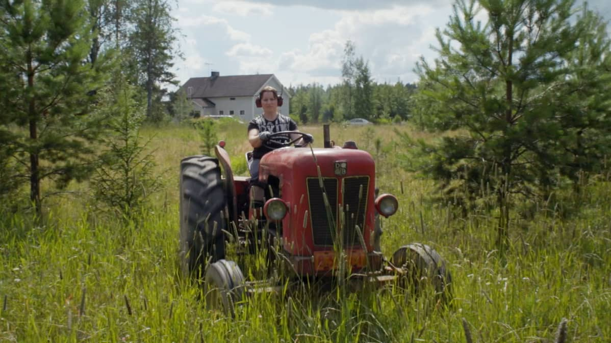 Suomen vahvin nainen 2018 Annika Eilmann ajaa traktoria.