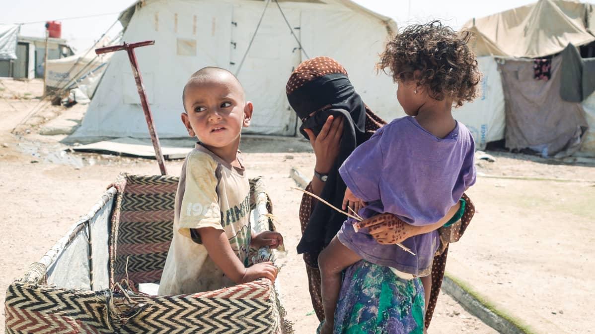 Lapsia leikkimässä al-Holin leirissä Syyriassa