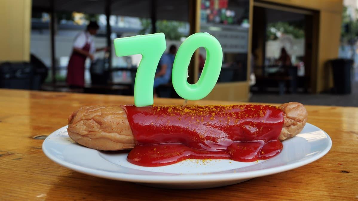 Currywurst lähikuvassa, jossa on numero 70.