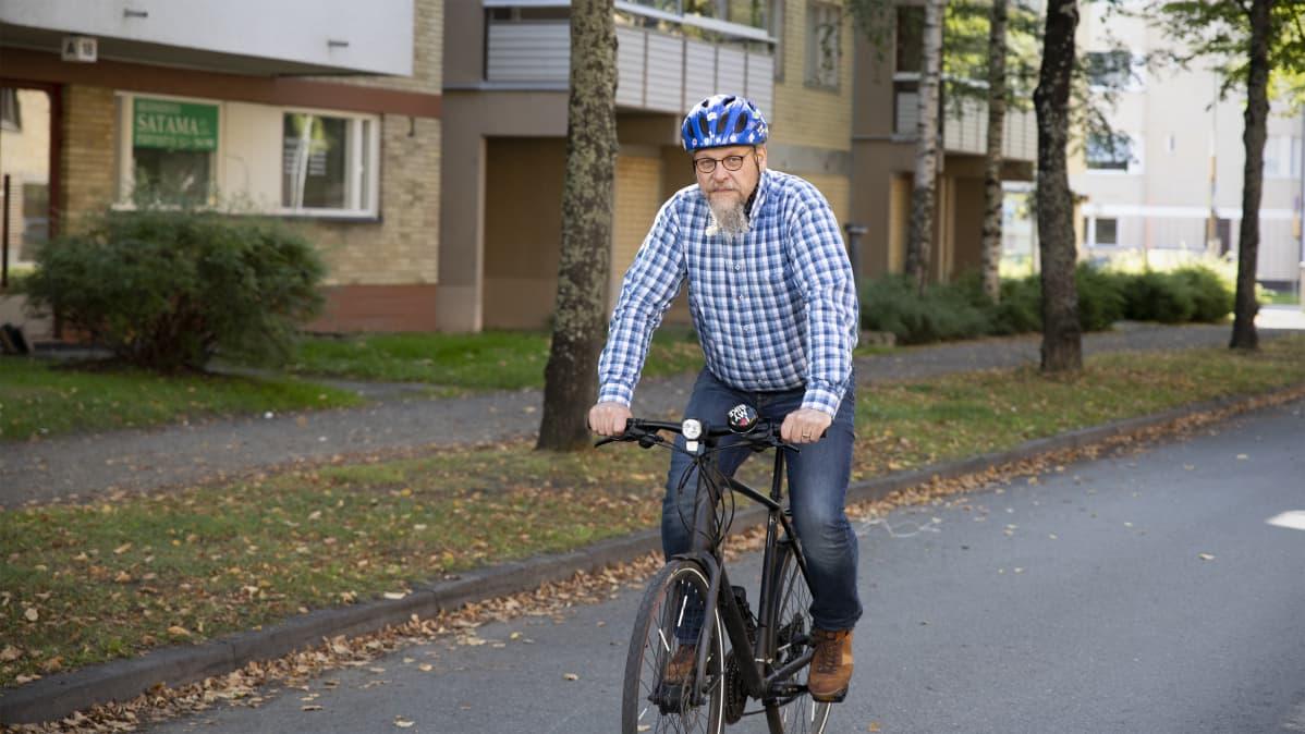 Juha-Pekka Vartiainen pyöräilee.
