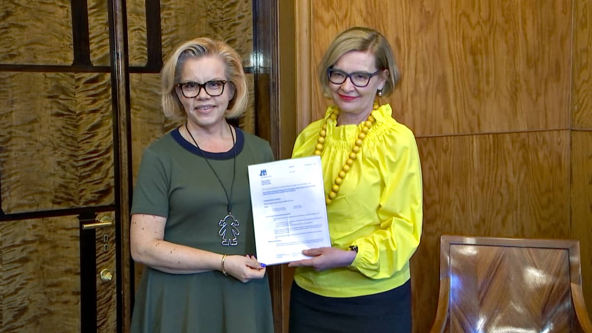 Hanna Markkula-Kivisilta ja puhemis Paula Risikko.