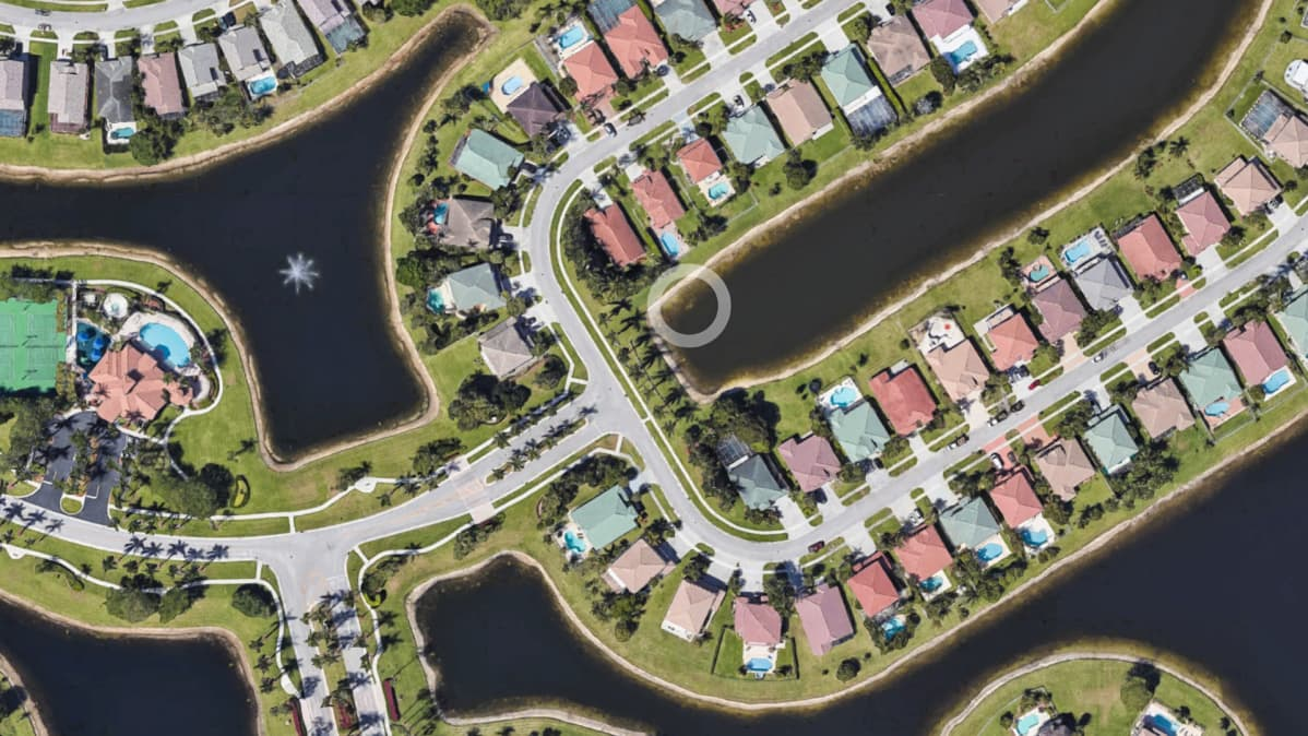 Google earth -palvelun satelliittikuva paikasta järvessä Moon Bay Circle in the Grand Isles -alueelta Wellingtonista Floridassa, josta marraskuussa 1997 kadonneen William Moldtin auto löytyi.