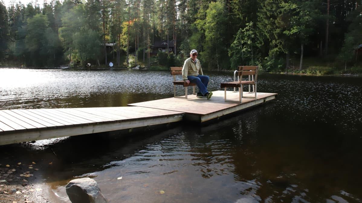 Kokkilan kyläyhdistyksen pj. Markku Rantti Särkemä-järven uimarannan laiturilla.