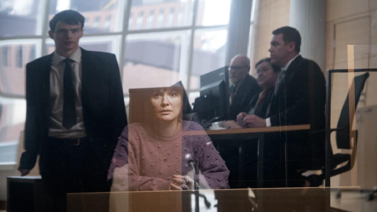 """Elokuvan """"Tottumiskysymys"""" lehdistökuva - kuvassa Aleksi (Johannes Holopainen) sekä Niina (Lotta Kaihua)."""