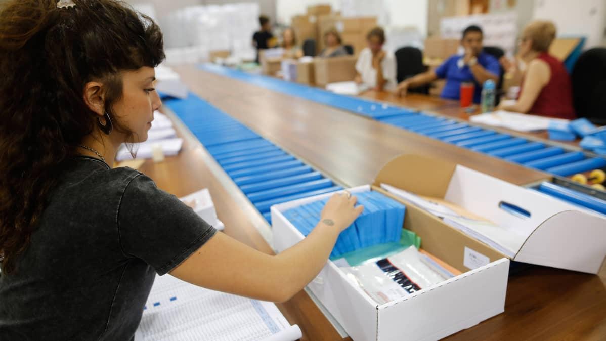 Vaalivirkailija valmisteli materiaaleja äänestystä varten Shoamissa Israelissa 2. syyskuuta.