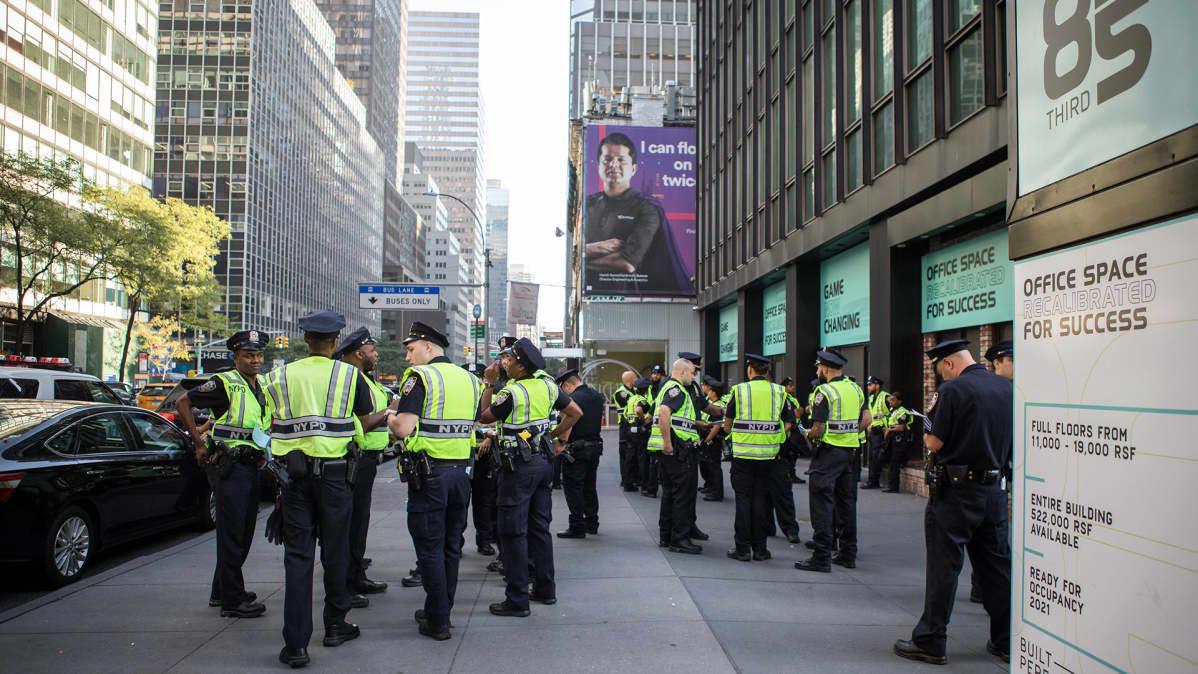 Poliiseja kadulla Manhattanilla New Yorkissa.