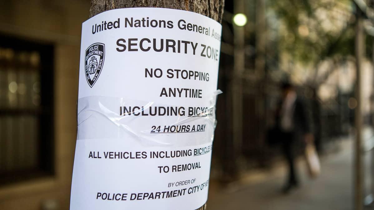 Security Zone -kyltti kiinnitettynä puuhun.
