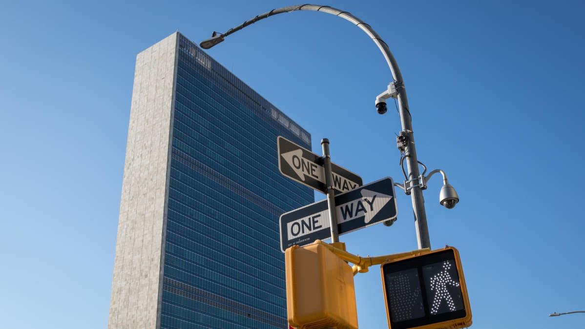 Pilvenpiirtäjä, jonka edustalla on liikennemerkkejä New Yorkissa.